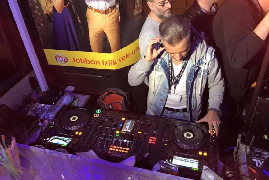 DJ Cooky az Eveningstar Partybuson